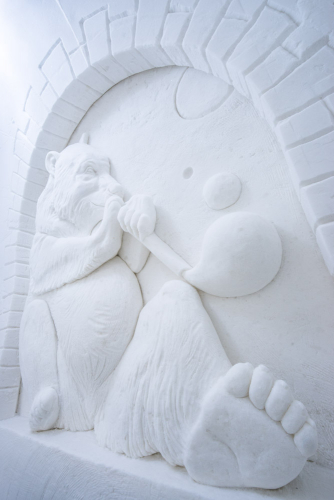 lumisviitissa-lumesta-veistetty-karhu.jpg