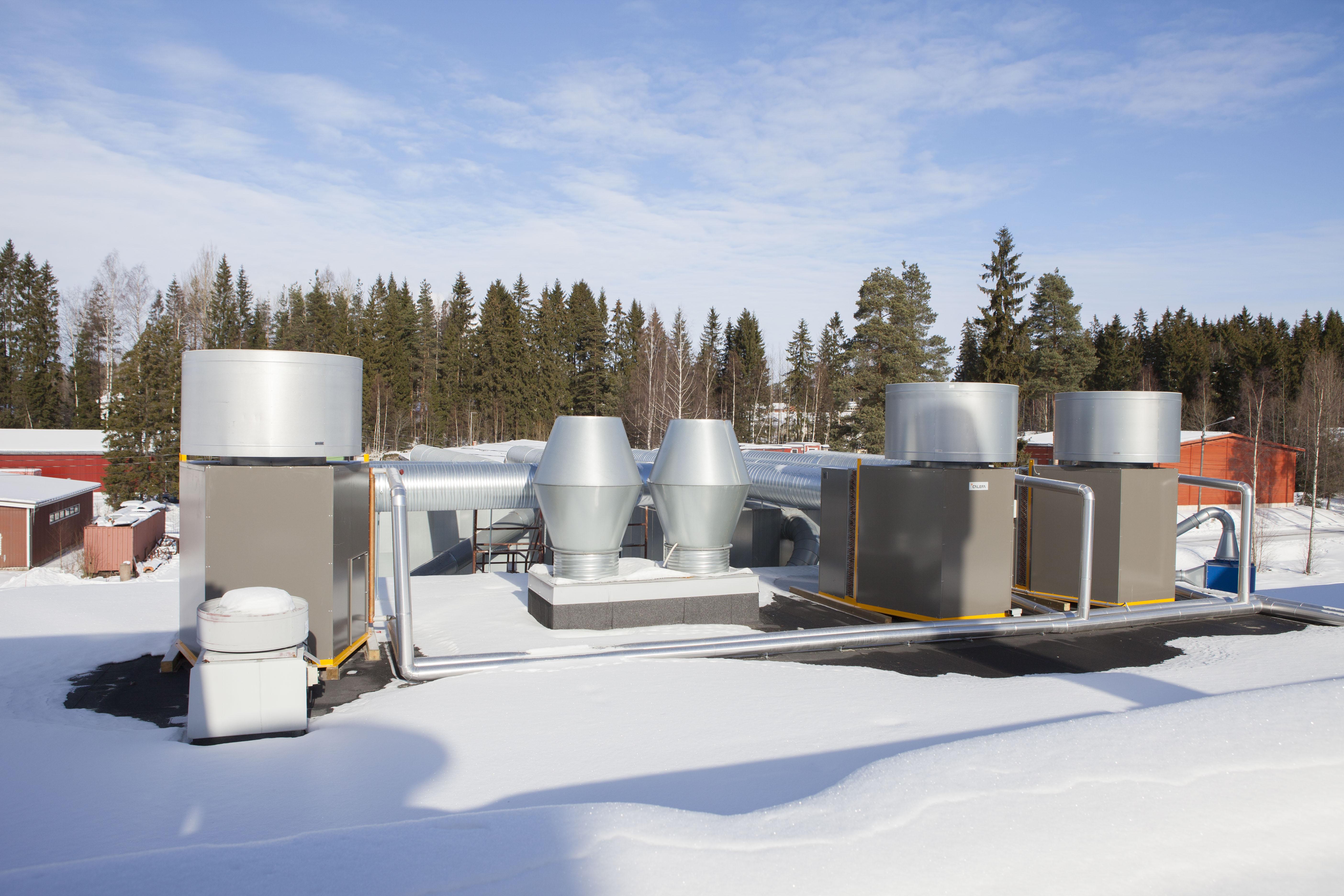 Hukkalämmön talteenottojärjestelmät on sijoitettu tehtaan katolle