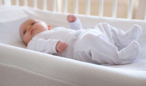 Suomalaiskeksintö saa itkuiset vauvat nukahtamaan minuuteissa