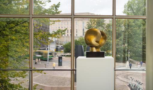 """Brittiska skulptören Henry Moores världsberömda verk """"Moon Head"""" doneras till Föreningen Konstsamfundet – skulpturen får sitt nya hem i funkisbyggnaden Glaspalatset i Helsingfors"""