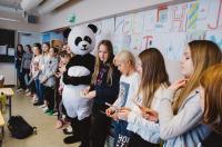 c-dan-gustafsson-juhlan-kunniaksi-panda-oli-poikkeuksellisesti-mukana-wwf-oppitunnilla-puotilan-ala-asteen-koulussa.jpg