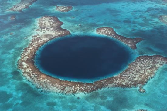 belizen-rantariuttojen-suojelualueeseen-kuuluva-the-great-blue-hole-sininen-aukko-on-myos-suosittu-sukelluskohde.-c-brandan-cole-www.naturepl.com.jpg