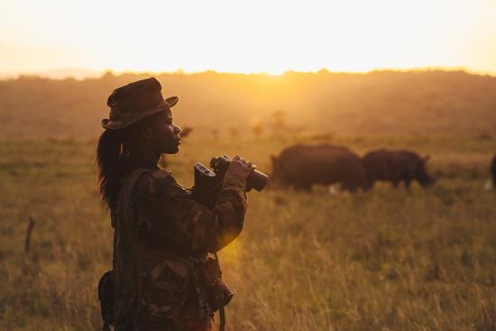 doreen-adongo-kenian-wildlife-servicen-metsanvartija-aamuisella-vartiointikierroksella-nairobin-kansallispuistossa-c-jonathan-caramanus-green-renaissance.jpg