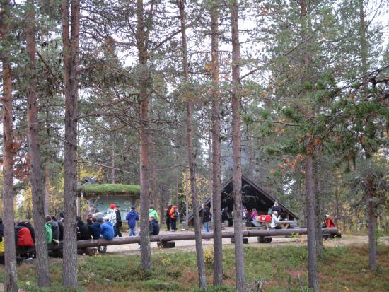 hirmuinen-luontopaiva_luontokeskuksen-pihapiiri-tayttyi-nuorista_kristiina-aikio.jpg