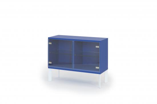 mup-vitriini-ultramariinin-sinisella-cc-88-rungolla-ja-valkoisilla-viistojaloilla.-l-104-k-83-s-39-cm.jpg
