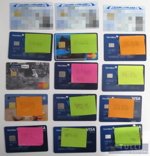 tulli_kuva_2_henkilo_ja_pankkikortteja.jpg
