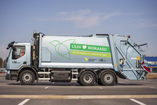 valkama-halinen-oy-inleder-sydvastra-finlands-avfallsservices-lsjh-avfallstransportentreprenad-i-reso-med-en-biogasdriven-sopbil.-pa-bilden-chauffor-tuomas-salminen.-bild-vesa-matti-vaara-1.jpg