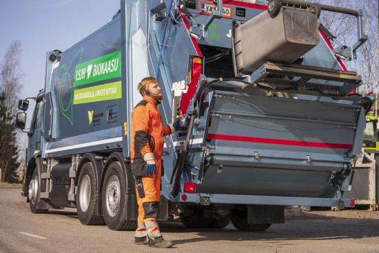 valkama-halinen-oy-inleder-sydvastra-finlands-avfallsservices-lsjh-avfallstransportentreprenad-i-reso-med-en-biogasdriven-sopbil.-pa-bilden-chauffor-tuomas-salminen.-bild-vesa-matti-vaara.jpg