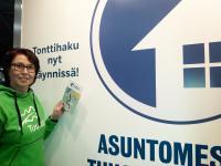 asuntomessut_tuusulassa2020_projektipaallikko_kirsi_joensuu_messuosastolla.jpg