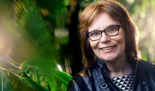 """Suomalaisen Tiedeakatemian Kunniapalkinnon saaja, akateemikko Eva-Mari Aro: """"Fotosynteesi voi tulevaisuudessa olla merkittävä energialähde"""""""