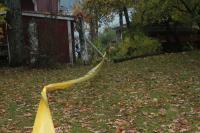 poraus-tehtiin-puutarhan-halki-keltaisen-nauhalinjan-alapuolelta.jpg
