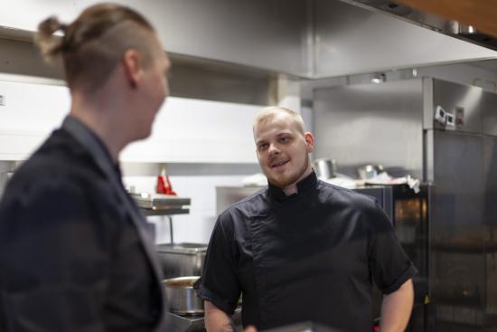 keittiomestari-jussi-piiroinen-ravintolan-keittiossa.jpg