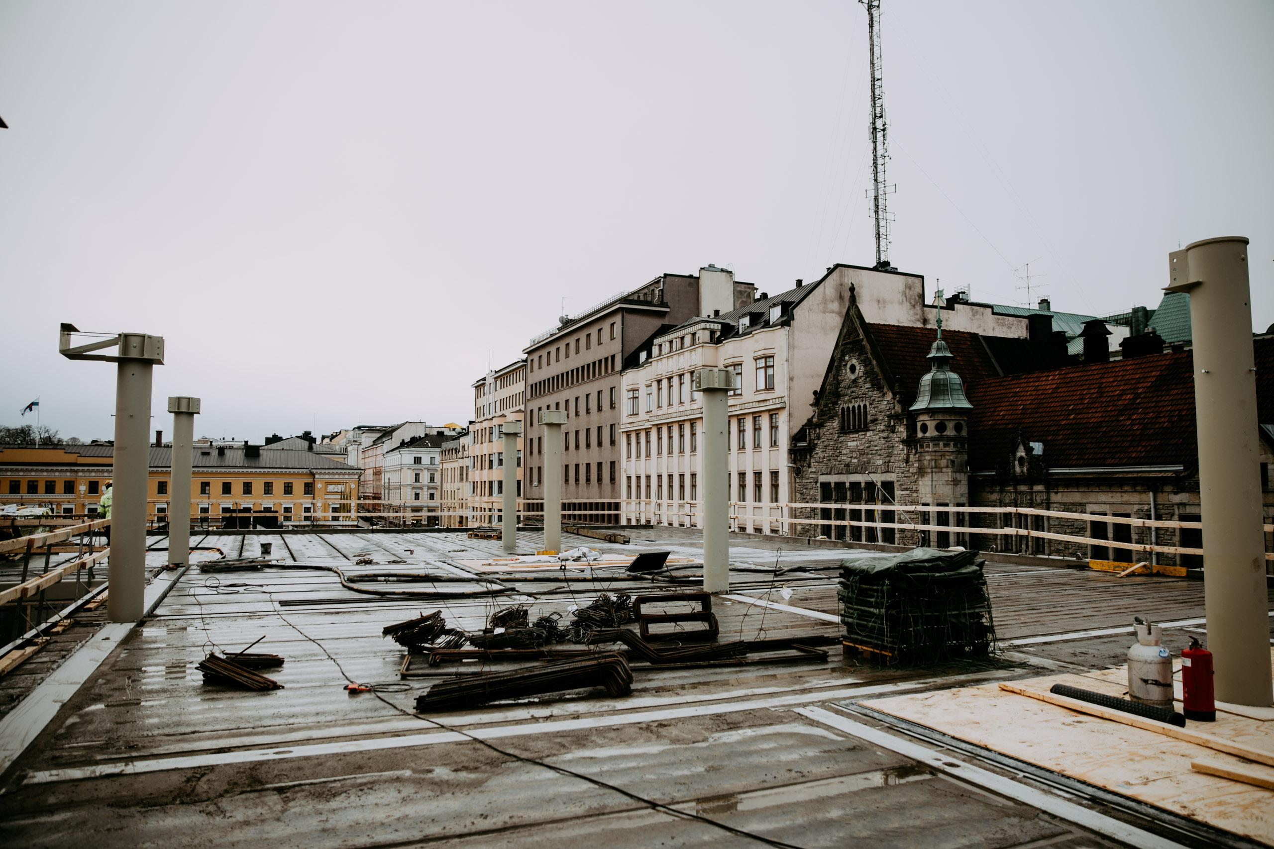 Toisen kerroksen katolta avautuu näkymä Kasarmitorille ja Kasarmikadulle.