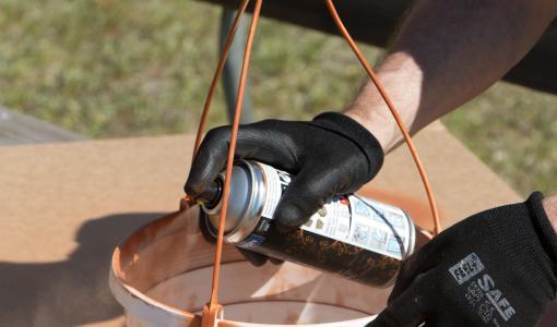 Maston käärii spraymaalit opastavaan kuoreen