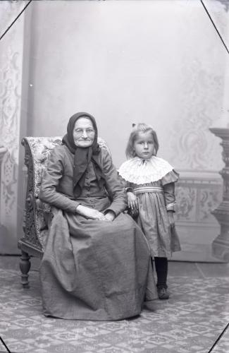 5.-huokanen-isoaiti-ja-lapsi-valok.-oscaria-saren-1898.jpg