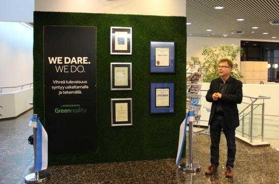 kuva-1_vihrea-seina-kaupungintalon-aulassa_kuvassa-ilkka-rasanen-_-kuva-minna-kivisto.jpg