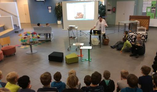 Lappeenrannan Myllymäen koulu palkittiin lasten lukemista edistävän Lukuklaani-hankkeen palkinnolla