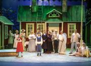 Lappeenrannan kaupunginteatterin vauhdikas Vaahteramäen Eemeli on täynnä musiikkia, nostalgiaa ja sydämellisessä maailmassa touhuavia hauskoja hahmoja
