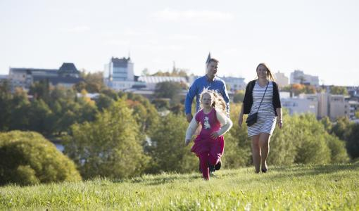 Korjattu tiedote: Koko perheen Vipinää ja kipinää -kesäkiertue opastaa leikkien ja pelien maailmaan