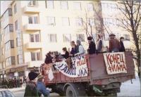 penkkaritunnelmaa-vuosien-takaa.-lappeenrannan-lonnrotin-lukion-3a-luokan-penkkarirekka-valtakadulla.-lahde-finna_lappeenrannan-museot-tuntematon-valokuvaaja1976.jpg