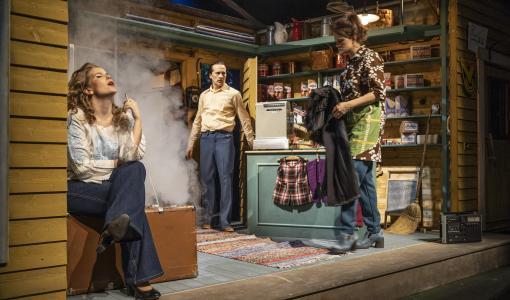 Lappeenrannan kaupunginteatterin Liian paksu perhoseksi on suominostalgian maustama elämänmakuinen rakkaustarina
