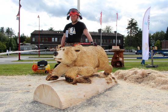 2-igor-kyllinen_veistos-go-bear-go_karhufestivaali-2019_kuva-riitta-johanna-laitinen-msl.jpg