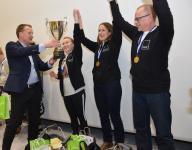 1.-rinkeli-gp-2019-voittajajoukkue-vastaanottaa-kiertopalkintopokaalin.png