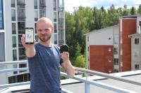 toimitusjohtaja-kimmo-hartikainen-esittelee-anturin-lahettamaa-mittaustietoa-alypuhelimesta.jpg