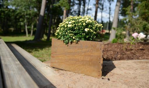 Kotimainen uutuus: Triholdy on pihasisustuksen ihmekolmio - Rouhean ruosteinen Corten-teräs kestää Suomen kesäsään