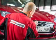 Tesla valitsi Autoklinikan kumppanikseen sähköautojen vauriokorjaukseen