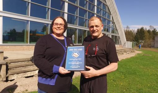 """""""Tuemme mielellämme nuorten kilpauintia"""" - R-kioski lahjoitti 1 000 euroa Simmis Wanda -uimaseuran junioritiimille"""