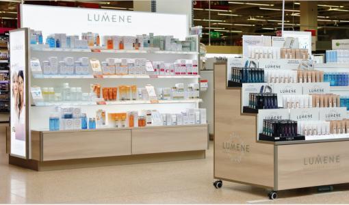 Valo johdattaa tuotteiden luokse – Näin Puume uudisti Lumenen myymäläkalusteet